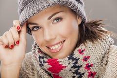 Молодая женщина в одеждах зимы стоковые фотографии rf