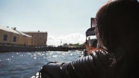 Молодая женщина в отключении трамвая реки городом Туризм и досуг концепции сток-видео