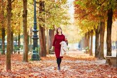 Молодая женщина в Париже к падение стоковое фото