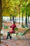 Молодая женщина в Париже к падение стоковые изображения rf