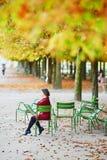 Молодая женщина в Париже к падение стоковое изображение rf