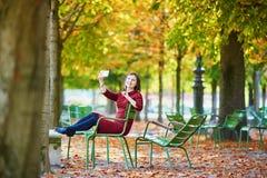 Молодая женщина в Париже к падение стоковая фотография