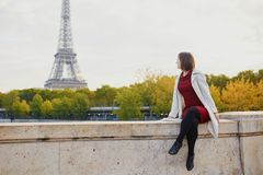 Молодая женщина в Париже на яркий день падения Стоковое Изображение