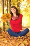 Молодая женщина в парке осени Стоковое фото RF