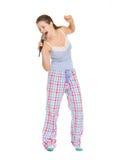Молодая женщина в пижамах пея в микрофоне Стоковая Фотография RF