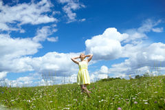 Молодая женщина в поле. Стоковые Изображения