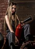 Молодая женщина в сваривая гасителе сдерживающего огня стекел сексуальный работник обслуживания автомобиля Стоковое Изображение