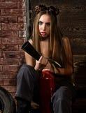 Молодая женщина в сваривая гасителе сдерживающего огня стекел сексуальный работник обслуживания автомобиля Стоковые Фотографии RF