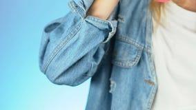 Молодая женщина в современный выпивать куртки джинсовой ткани кофе-к-идет новое поколение, крупный план видеоматериал