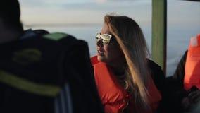 Молодая женщина в солнечных очках путешествует на шлюпке морским путем в Африке в самом начале утро Девушка наслаждаясь ландшафто сток-видео
