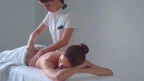 Молодая женщина в спе Традиционные заживление обработки терапией и массажировать Здоровье, забота кожи, массаж, osteopathy и сток-видео