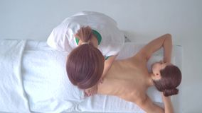 Молодая женщина в спе Традиционные заживление обработки терапией и массажировать Здоровье, забота кожи, массаж, osteopathy и акции видеоматериалы