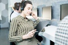 Молодая женщина в справочном бюро стоковое фото rf