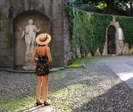 Молодая женщина в старом европейском городе стоковые фотографии rf