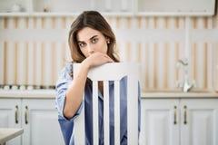 Молодая женщина в стуле Стоковые Изображения RF