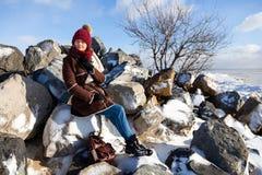 Молодая женщина в теплом пальто стоковые фото