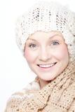 Молодая женщина в усмехаться шарфа стоковое изображение rf