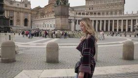 Молодая женщина в церковь базилики ` s государства Ватикан и St Peter, Рим, Италия Девушка перемещения туристская outdoors во вре акции видеоматериалы