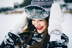 Молодая женщина в шляпе и mittens стоковые фотографии rf