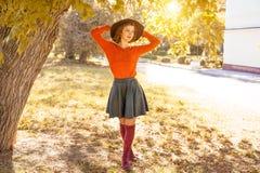 Молодая женщина в шляпе в парке осени, лесе стоковые изображения