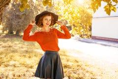 Молодая женщина в шляпе в парке осени, лесе стоковое фото rf