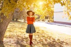 Молодая женщина в шляпе в парке осени, лесе стоковое фото