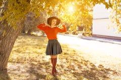 Молодая женщина в шляпе в парке осени, лесе стоковое изображение rf