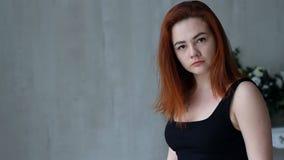 Молодая женщина в эмоциях акции видеоматериалы