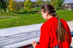 Молодая женщина в Zamosc, Польше стоковая фотография