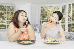 Молодая женщина глумясь ее друг дома Стоковое Фото