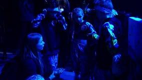 Молодая женщина говорит группу в составе дети в одеждах танца перед их представлением акции видеоматериалы