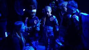 Молодая женщина говорит группу в составе мальчики и девушки перед их представлением видеоматериал