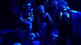 Молодая женщина говорит группу в составе мальчики и девушки перед их представлением акции видеоматериалы