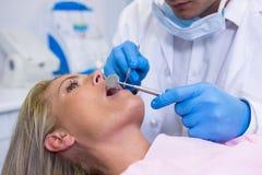 Молодая женщина дантиста рассматривая на медицинской клинике Стоковая Фотография RF