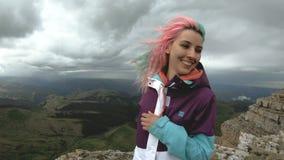 Молодая женщина девушки танцует на краю скалы плато имея привлекательное цветков гор природы потехи красивое акции видеоматериалы