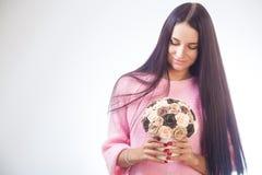 Молодая женщина делает искусственные цветки стоковое фото