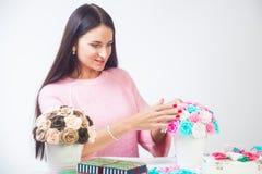 Молодая женщина делает искусственные цветки стоковая фотография rf