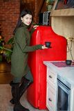 Молодая женщина делает кофе в зеленом связанном свитере Дом концепции, комфорт, образ жизни, осень, зима, кафе стоковые фото