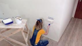 Молодая женщина делает ремонты видеоматериал