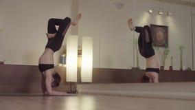Молодая женщина делая баланс предплечья в студии акции видеоматериалы