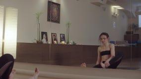 Молодая женщина делая грея тренировки йоги сток-видео