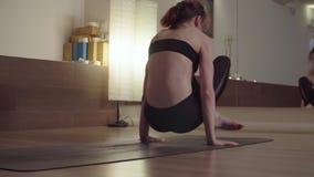 Молодая женщина делая грея тренировки йоги акции видеоматериалы