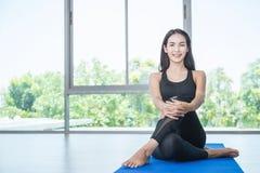 Молодая женщина делая движения или размышлять йоги Стоковые Фотографии RF