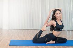 Молодая женщина делая движения или размышлять йоги Стоковая Фотография