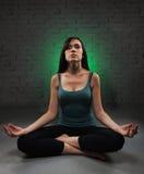 Молодая женщина делая йогу стоковое изображение rf