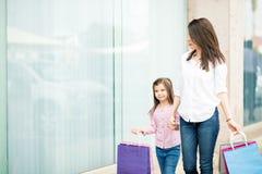 Молодая женщина делая покупки с ее дочерью Стоковое фото RF