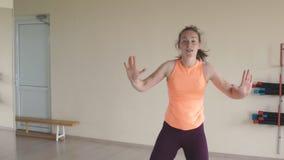Молодая женщина делая танец работает в спортзале или студии