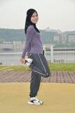 Молодая женщина делая тренировки Стоковая Фотография