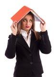 Молодая женщина дела держа повестку дня на головке Стоковые Фото