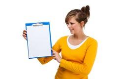 Молодая женщина держа блокнот Стоковое фото RF
